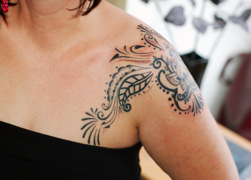 shoulder tattoo designs for women,great shoulder tattoos,female shoulder tattoo designs,women shoulder blade tattoo design,stylish shoulder tattoo designs for girls