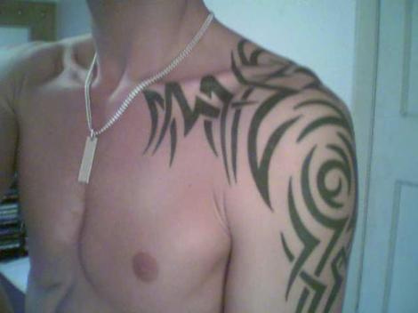 awesome shoulder tattoos for men,men shoulder tattoo designs,shoulder tattoos ideas for men,men coolest shoulder tattoo designs